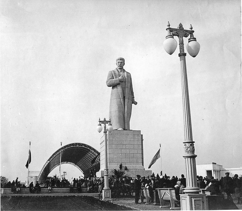С. Чернышев внес в проект В. Олтаржевского ряд принципиальных изменений, в частности, поместил в центр площади Механизации 25-метровую статую Сталина. Фотография 1939 г.